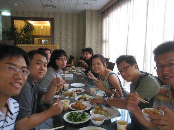 第二天一早的早餐也吃好飽~每次的國中同學攤根本就是美食團