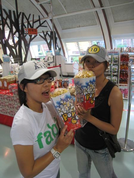 姐妹花改到東山休息站吃爆米花…聽說這家很有名@@?
