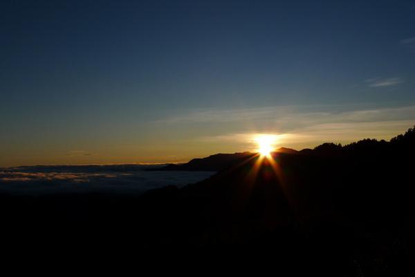 太陽公公從南湖旁露出頭來~