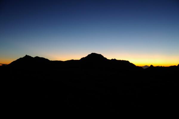 日出前的奇萊主北和卡樓羅斷崖