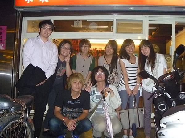 20120830 - BYEBYE囉 - 03 - 愛香園門口合照