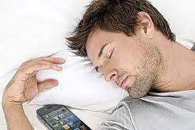 「sleep with phone in hand」的圖片搜尋結果