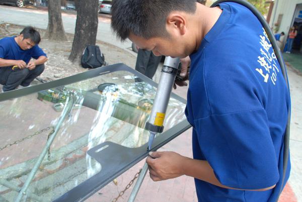 玻璃師傅專注每個步驟和細節,為品質和服務做保證.JPG