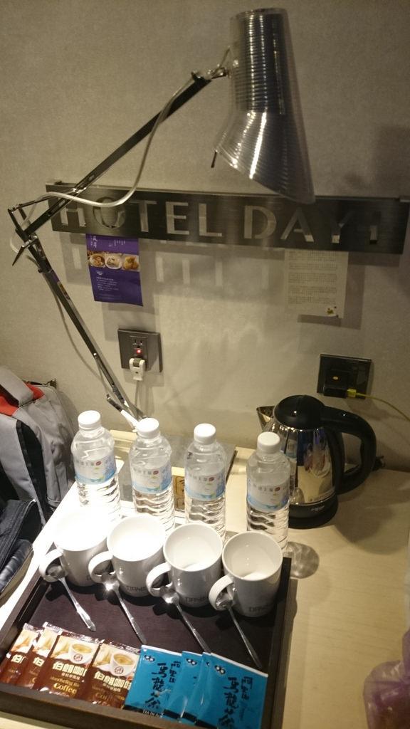 礦泉水與杯具