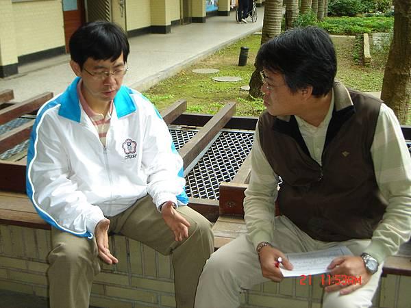 馬鈺龍記者(右)與黃煜老師談話