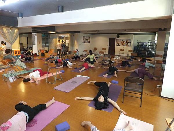 三年前開始推廣,為銀髮族打造客製化的瑜珈有氧體適能班.JPG