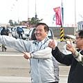市長在路邊為參與者加油比讚.JPG