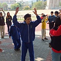 由體育系的學生們陪伴熱身.JPG
