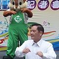 市長跟松鼠寶寶一起帶領大家大跳熱身操.JPG