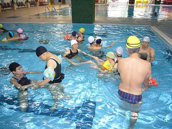 學員大部分因為安全考量,而分布在兒童池活動筋骨.JPG