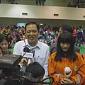 市長與小選手接受訪問.JPG