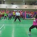 市長與有氧舞蹈老師小魚一起帶學生們熱身.JPG