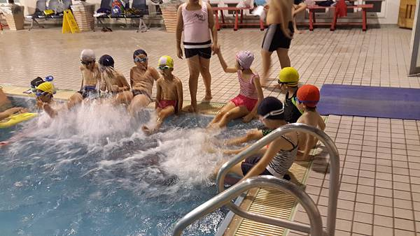 關懷弱勢家庭游泳學習日─打水教學中.jpg