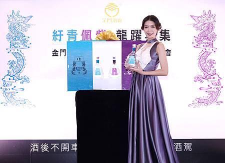 王尹平展示金酒12年陳高.jpg