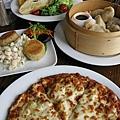 主餐上場。Pizza、港式點心、凱薩沙拉以及蟹肉餅 (Crab Cake)