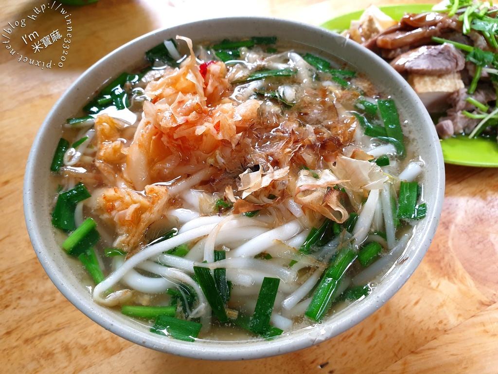 金山市場米苔目┃原中和金山市場40年老店。米苔目+辣菜就是好吃,份量也足。黑白切選擇多