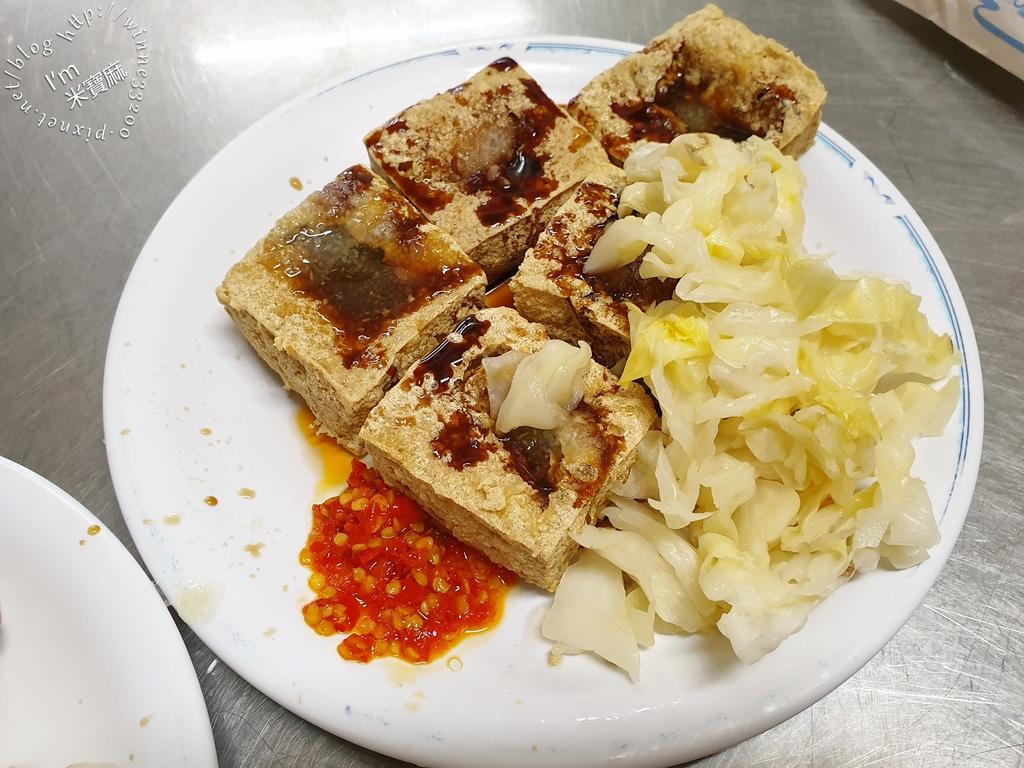 陳林港式臭豆腐、香雞翅┃新店美食。外酥內嫰臭豆腐,嗜辣者必加辣醬。內用紅茶無限續