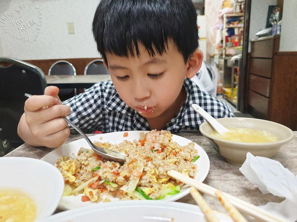 山東麵食館┃新店大豐路美食。三鮮炒碼麵、蝦仁炒飯都好吃,還有山東燒雞