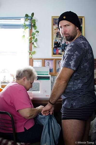 外婆幫小屁孩縫破褲