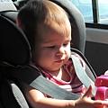 在車中玩水瓶的妹妹