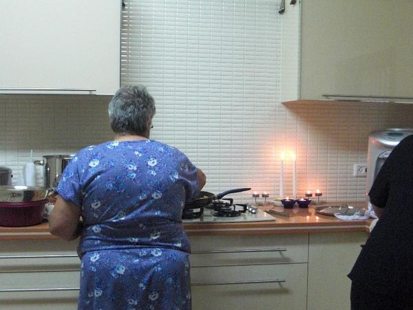 朋友的媽媽在住棚節的第二節日煮食著