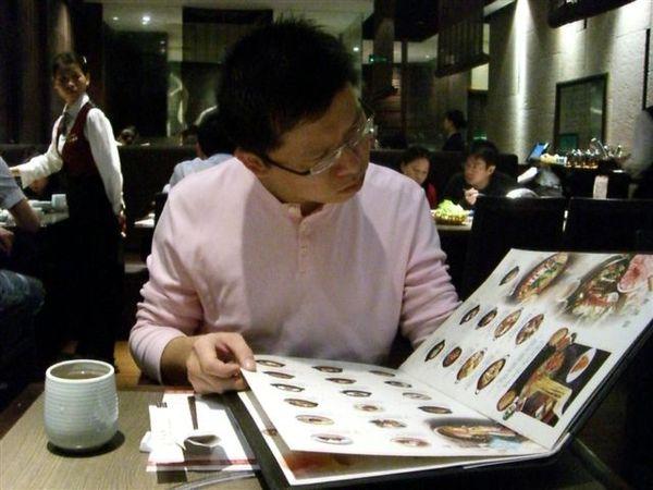 專心看菜單的老公.JPG