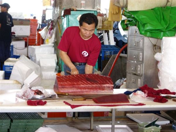 老闆很認真的在切黑鮪魚唷.JPG