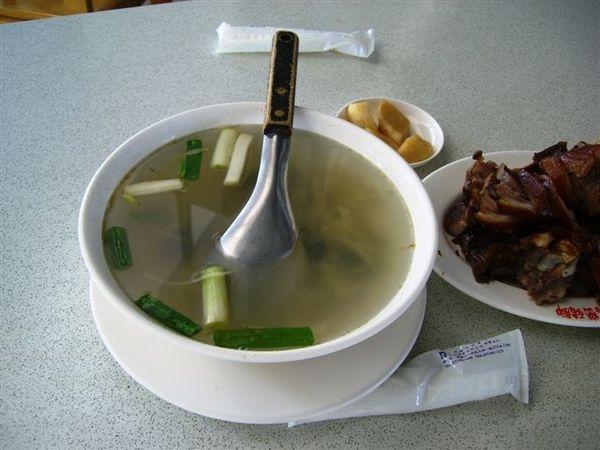 沒想到小碗的這麼大碗的酸菜蚵仔湯.JPG