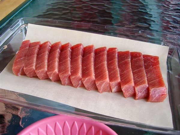 紅透透的新鮮黑鮪魚生魚片.JPG