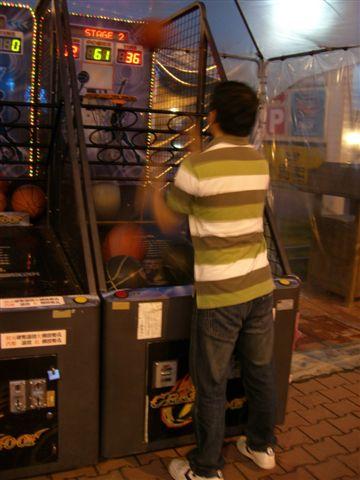 耍帥老公在玩投籃機.JPG