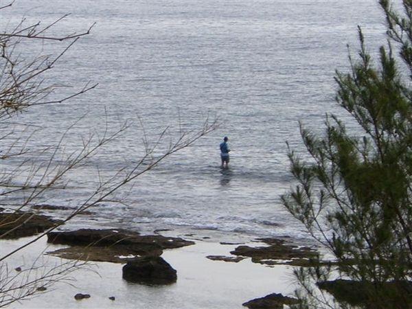 海邊釣魚的先生.JPG
