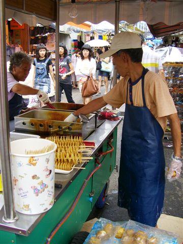 18梨大巷子內賣馬鈴薯片的阿伯.JPG