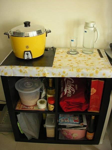 黃色大同電鍋和玻璃冷水瓶