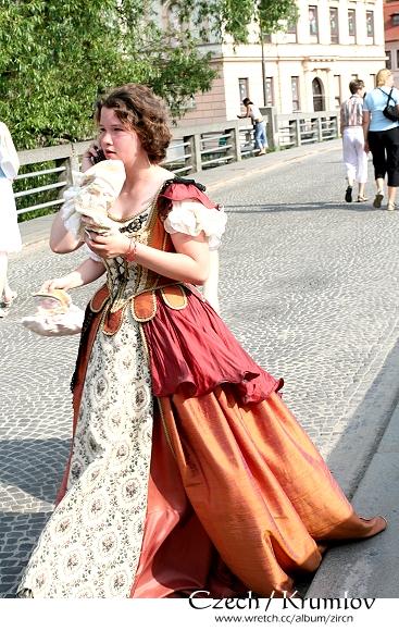 著中古世紀服裝的正妹