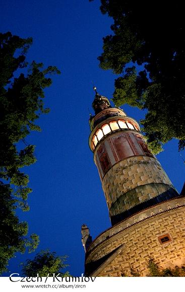 微光中的彩繪塔