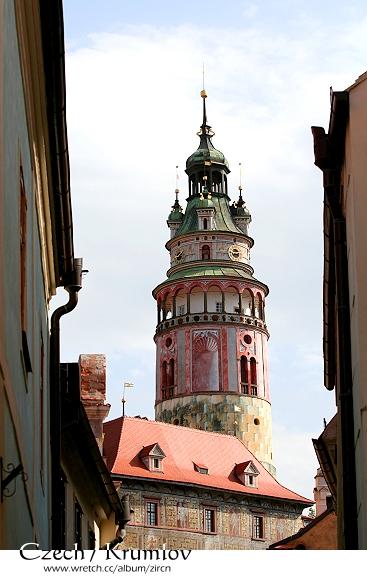 從街道窺視彩繪塔