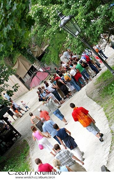 擠滿了買票入Krumlov的遊客