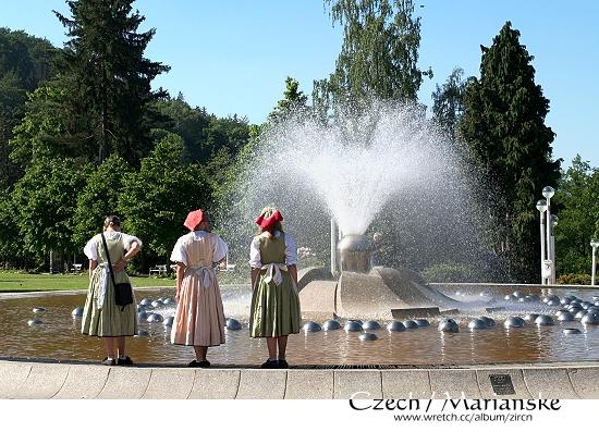 噴水池與三位小女孩