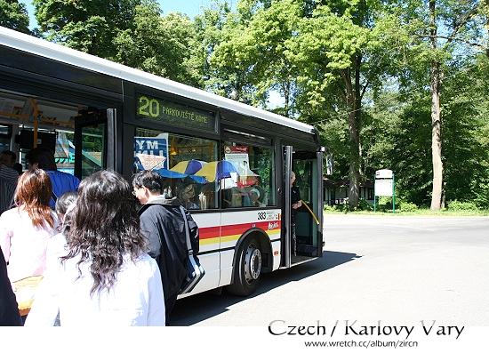 我們搭乘接駁公車前往Karlovy Vary