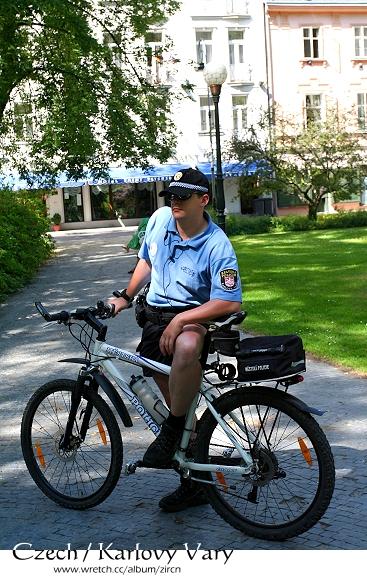穿短褲的帥氣警察