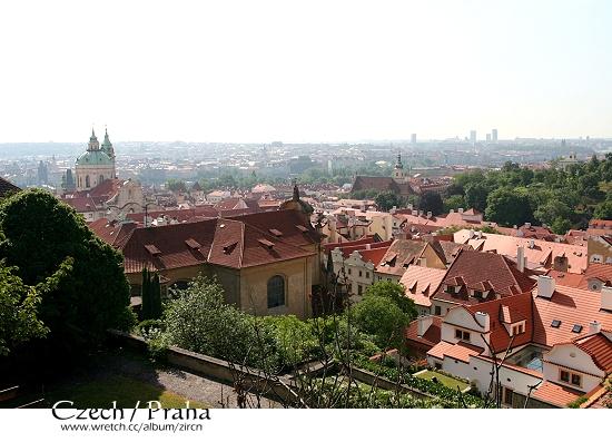 從西門旁眺望而下的Praha