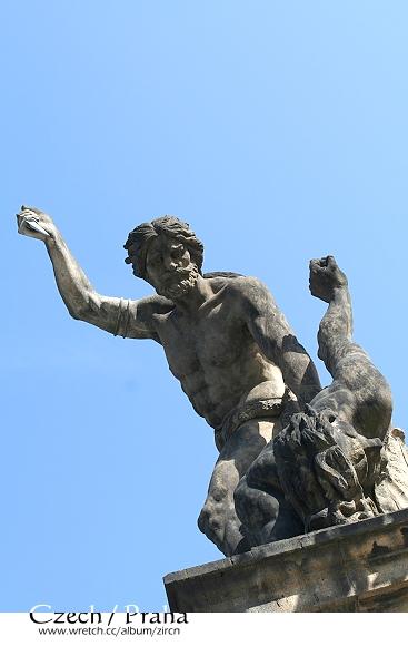 西門上的雕像栩栩如生