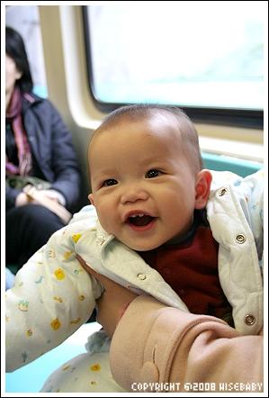 在捷運上很開心的Ryan