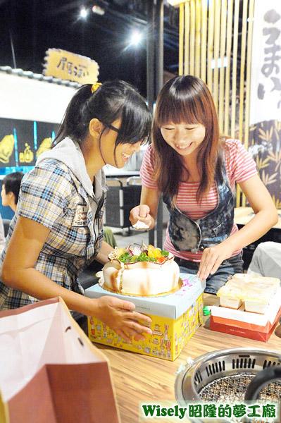 赤貓和賀小曦打算偷走生日蛋糕