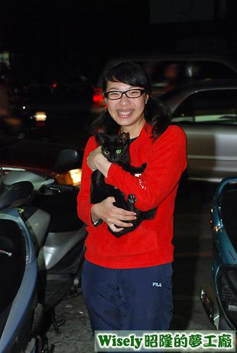 拉拉抱黑貓