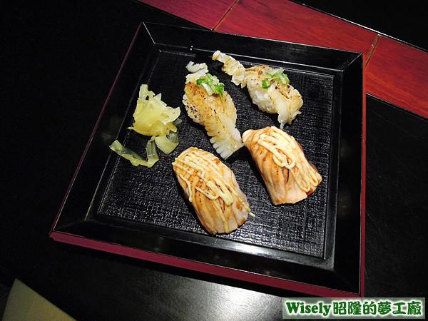 炙燒鮭魚握壽司、炙燒鰈魚鰭邊肉握壽司