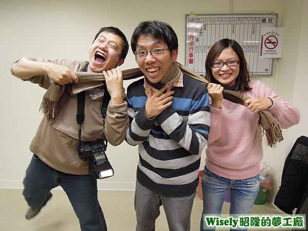 小鑫和宜蓉用力勒著經理的脖子