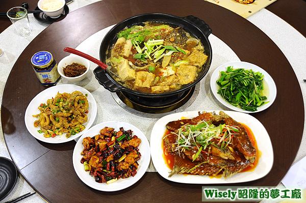 沙茶鯛魚鍋、黃金中卷、宮保雞丁、糖醋炸鯛魚、炒時蔬(芥藍)