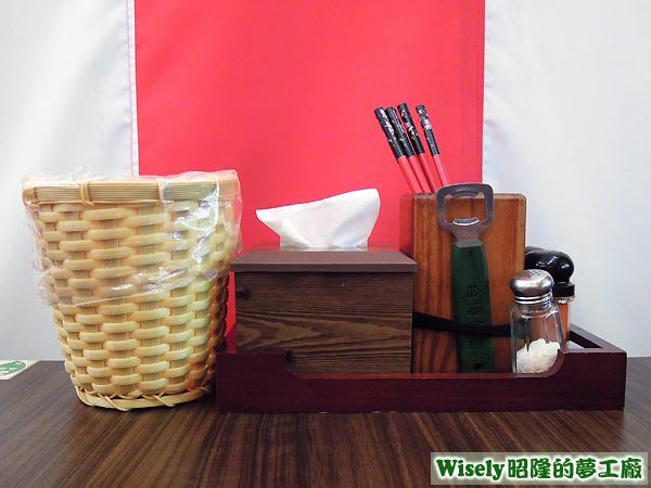 垃圾桶、餐巾紙、餐具、調味料