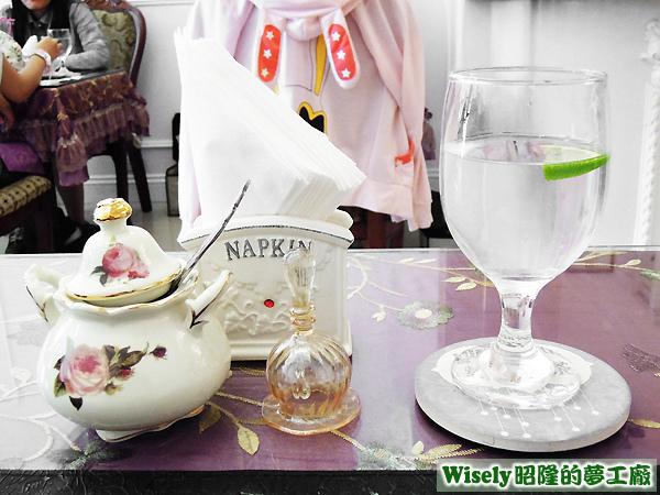桌上擺設餐具
